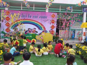 Cô và trẻ trường MG Tân Công Sính.