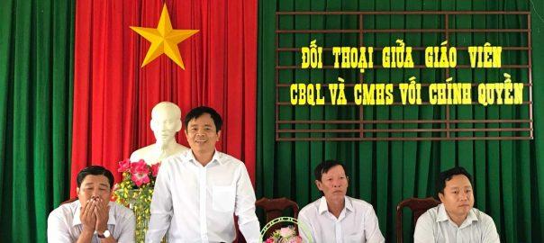 Ông Lê Phước Hậu - Trưởng phòng GDĐT tả lời ý kiến của phụ huynh học sinh.