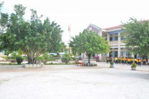 Sân trường được lát đan sạch sẽ cho các em vui chơi