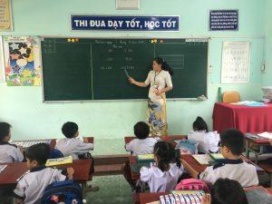 Cô Huỳnh Thị Bảo Châu hướng dẫn học sinh đọc