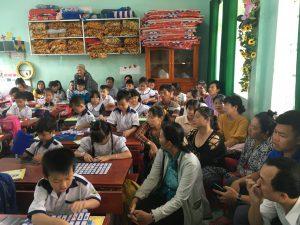 Phụ huynh đang xem con mình học ở lớp