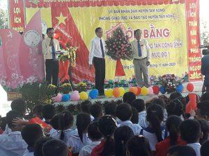 Thầy Nguyễn Văn Kết, Phó Trưởng phòng GD&ĐT Tam Nông tặng lẵng hoa chúc mừng trường TH Tân Công Sính đạt chuẩn quốc gia mức độ 1
