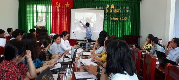 Ông Trần Hoàn Quân hướng dẫn phân tích hình ảnh.