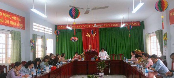 Bà Lê Thị Mộng Tuyền – Phó trưởng phòng, Phòng Giáo dục và Đào tạo huyện Tam Nông – trưởng đoàn kiểm thông qua quyết định và phân nhiệm vụ cho các thành viên trong đoàn kiểm tra.