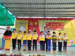 Thầy Nguyễn Phú Quí – GVCN lớp 1/3 phát quà cho các em tại buổi lễ
