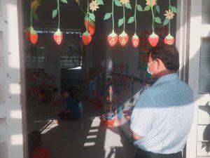 Hình ảnh ông Nguyễn Văn Săng – Đảng ủy viên- Bí thư Đảng ủy- Chủ tịch xã Phú Cường đến thăm trường lớp