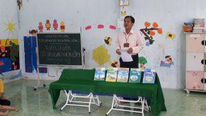 Thầy Lê Hoàng Quân – P.HT Trường TH Phú Cường 2 giới thiệu bộ sách giáo khoa lớp 1 cho phụ huynh và trẻ ở điểm Gò Cát - Trường MN Hoa Sen