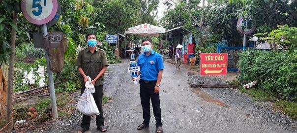 """Tham gia tình nguyện đội """"Shiper áo xanh"""" xã Phú Cường"""
