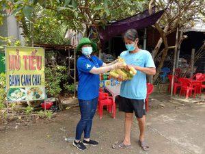 """Tham gia tình nguyện đội """"Shiper áo xanh"""" thị trấn Tràm Chim"""